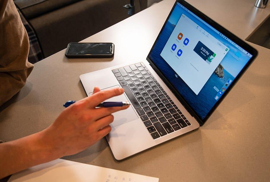 Travail à distance sur un ordinateur portable